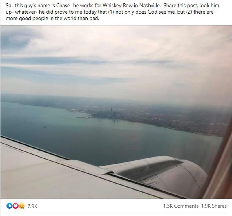 Mann verhält sich schlecht zur Frau im Flugzeug, merkt